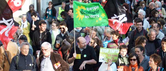 drapeau EELV entre la foule de la manif